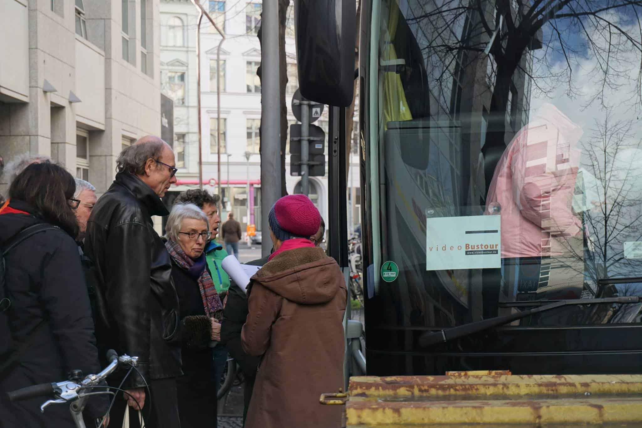 videoSightseein Voller Bus bei der 68er Tour zu Eroeffnung des Medienzentrums